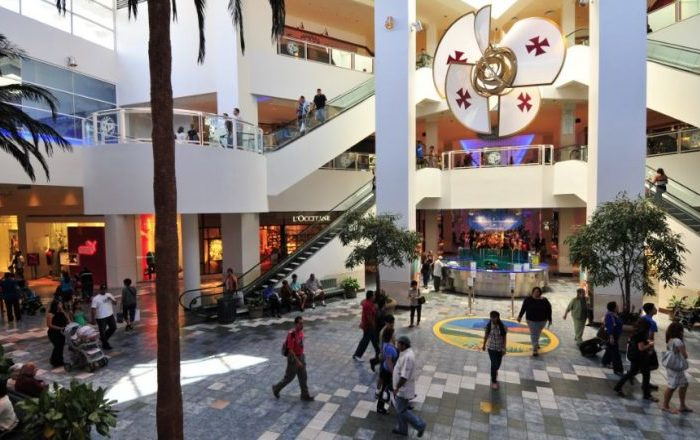 Hoy reabren centros comerciales