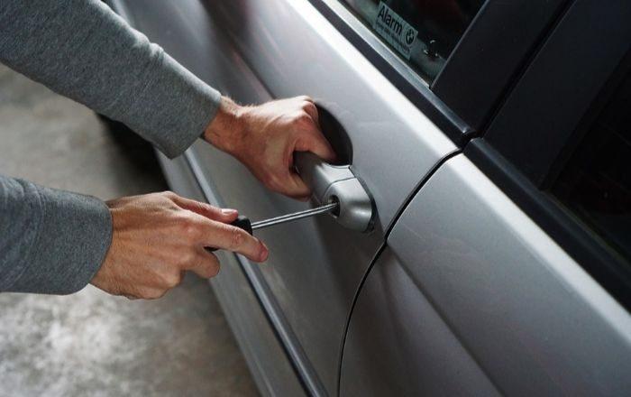Roban tableta y auriculares de carro estacionado en Ponce