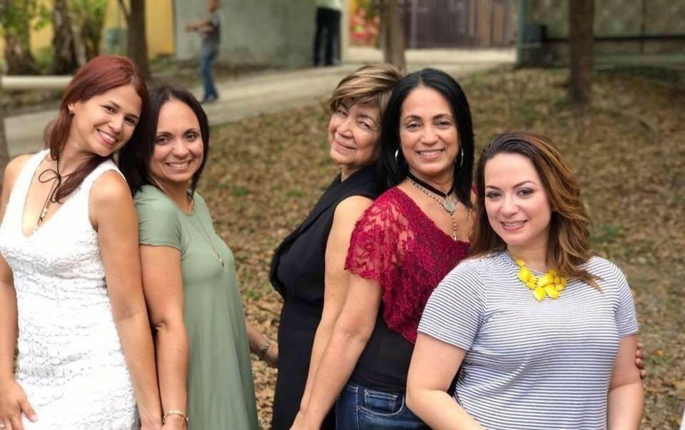 Fiscal Iris Meléndez junto a sus sobrinas (de izquierda a derecha) Erika, Glenda, Iris, Rosin y Angelica.