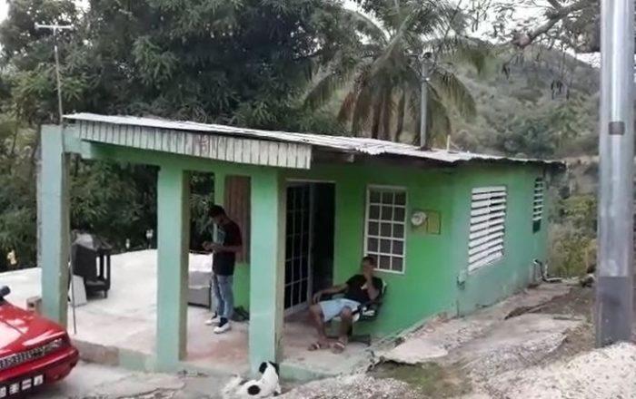 Piden ayuda para padre e hijo a los que el huracán María le detruyó la casa