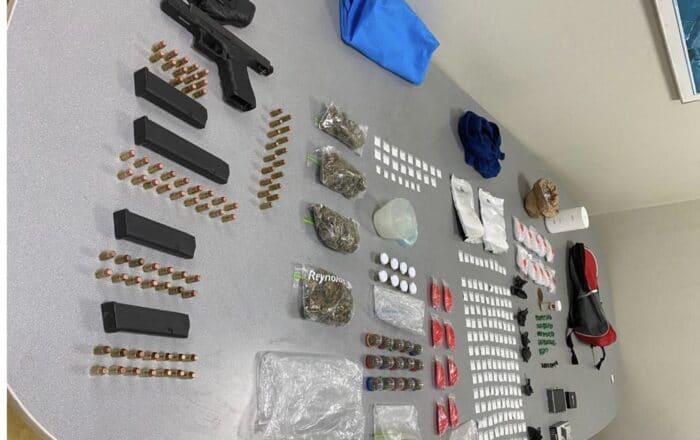 Ocupan arma de fuego y bolsas de cocaína en registro de vehículo en Ponce