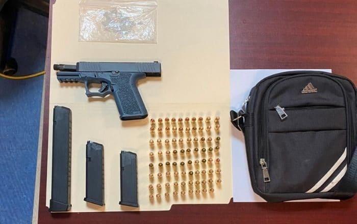 Encuentran bulto con arma, municiones y drogas en Ponce