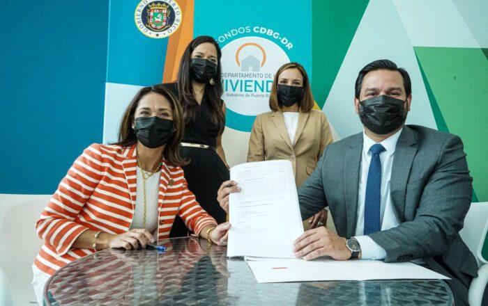 Vivienda firma acuerdos de subrecipientes para otorgar fondos CDBG-DR