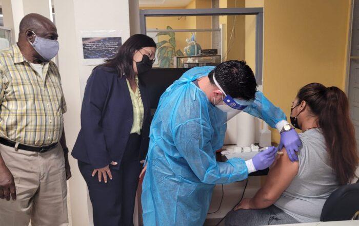 Vacunan contra el COVID-19 a personas sin hogar en Ponce