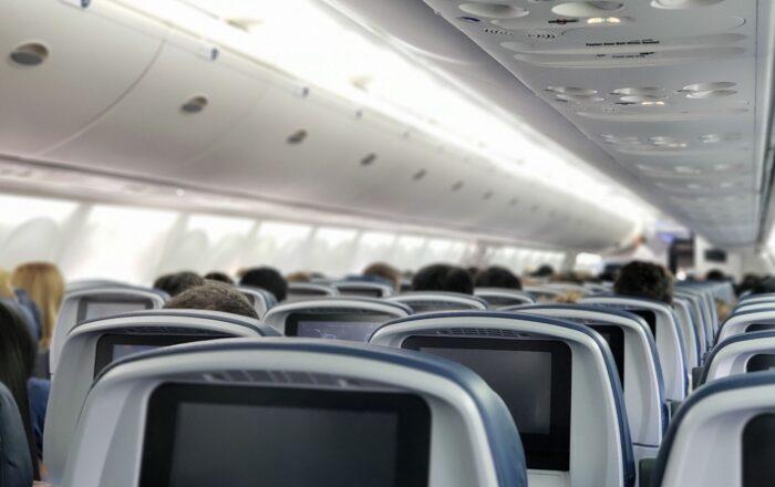 Aeropuertos no pueden impedir a un viajero irse sin pagar la multa de $300