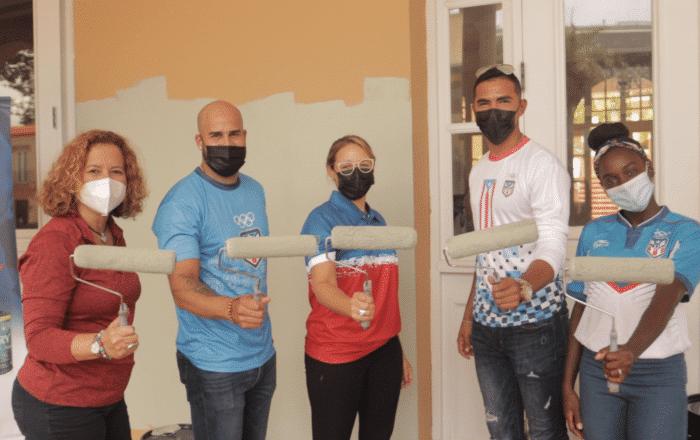 """Atletas dan """"rolazo"""" de pintura para iniciar el remozamiento Casa Olímpica"""