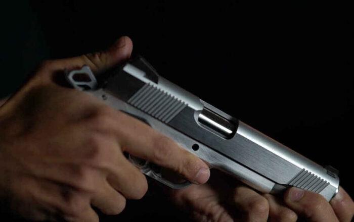 Mujer recibe herida de bala mientras esposo limpiaba el arma
