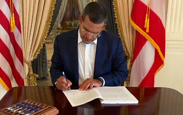 Gobernador firma presupuesto 2021-2022