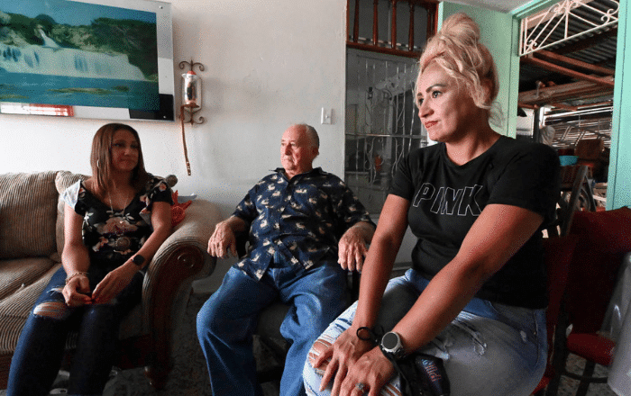 Reportaje une padre e hijas después de 40 años